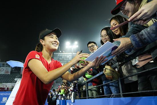 彭帅为球迷签名。