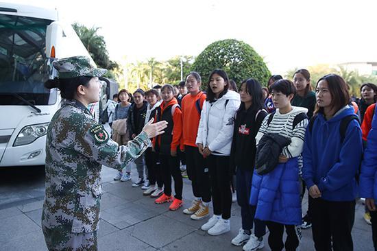 中国女足黄队、青年队的队员进行集结,展开为期10天的军训。视觉中国 图