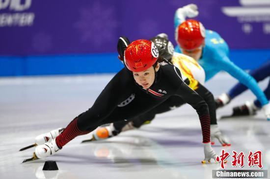 在女子1500米决赛中,李璇以2分34秒070夺冠中新社记者 富田 摄