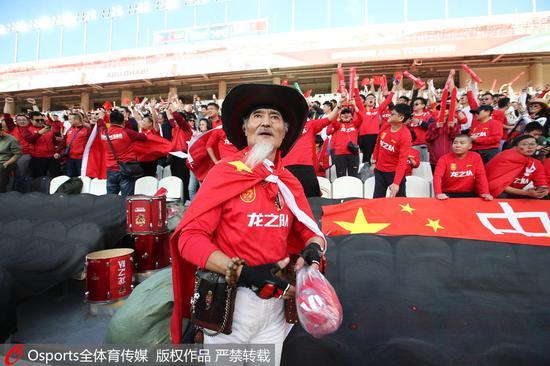 现场的中国球迷。