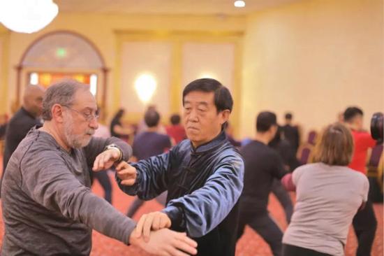 陈正雷老师指导学员练习太极拳
