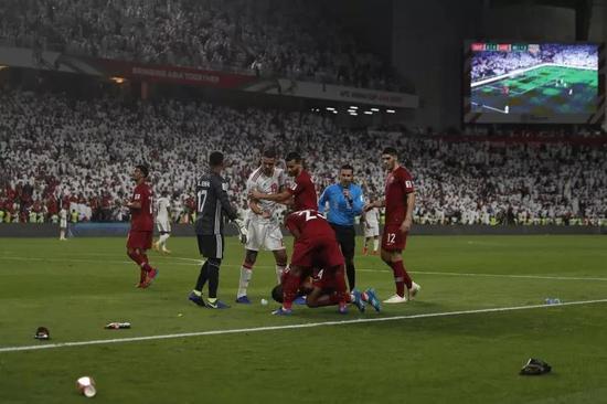 """卡塔尔队4比0击败阿联酋队的半决赛中受到阿联酋球迷的热情""""欢迎"""""""