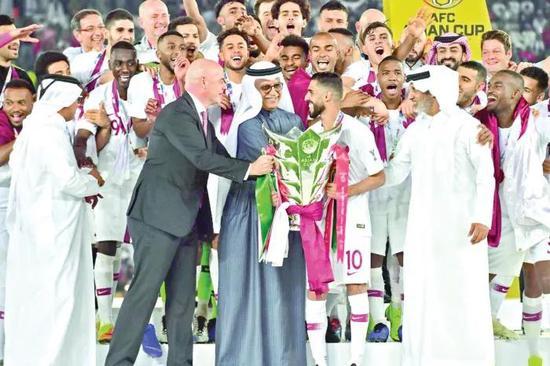 因凡蒂诺为冠军卡塔尔队颁发奖杯