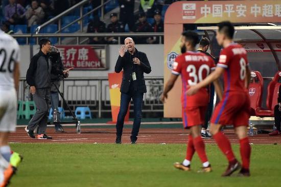 2018年11月3日,克鲁伊夫(中)在场边指挥。新华社记者唐奕摄