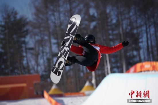 """单板滑雪U型池国家队开展""""祖国在我心中""""活动。"""