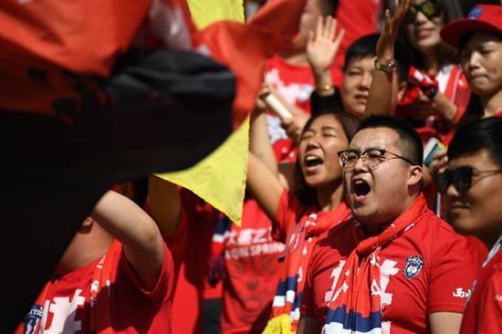 """他们和其他铁杆粉丝,大多是组团坐""""球迷专列""""来到渭南市体育中心球场的。"""