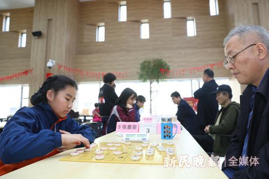 图说:陈东伟和幼棋手对弈 新民晚报记者 李铭珅 摄