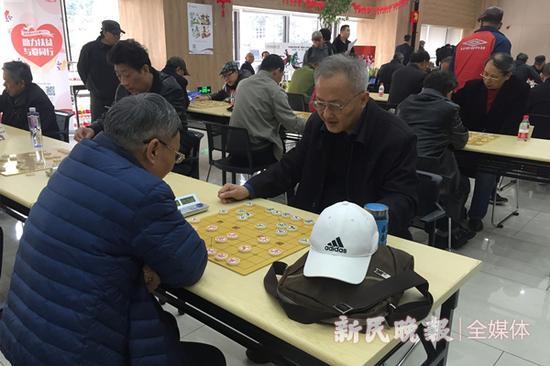 图说:陈东伟在下棋 新民晚报记者 李铭珅 摄
