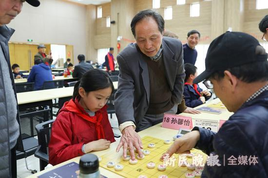 图说:老棋手请示幼棋手 新民晚报记者 李铭珅 摄