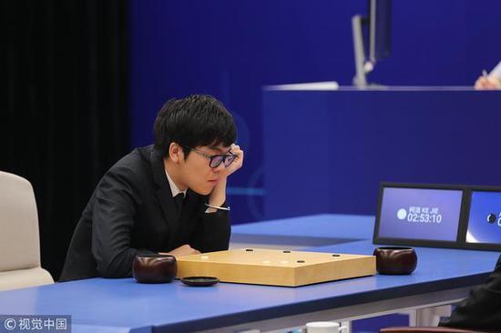 2017年5月,柯洁曾与AlphaGo进行人机大战,0比3完败。图/视觉中国