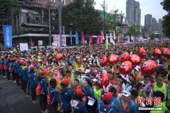 资料图:3月31日,2019重庆国际马拉松赛在南滨路鸣枪开跑。陈超 摄