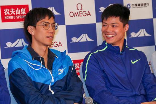 苏炳添(右)和王宇(左)