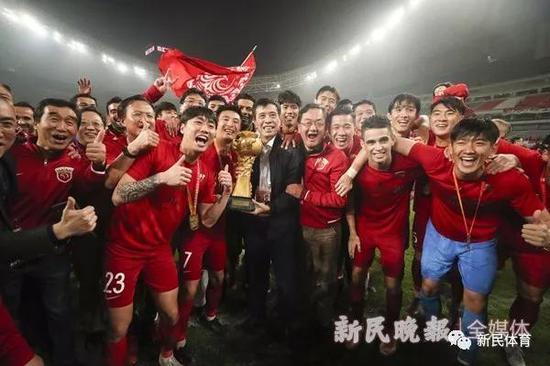 陈戌源和上港一起庆祝夺得中超冠军 资料图 新民晚报记者 李铭�| 摄