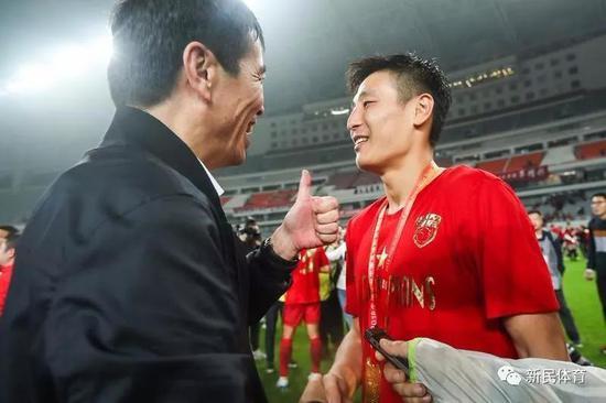 陈戌源与武磊 新民晚报记者李铭�|摄(下同)