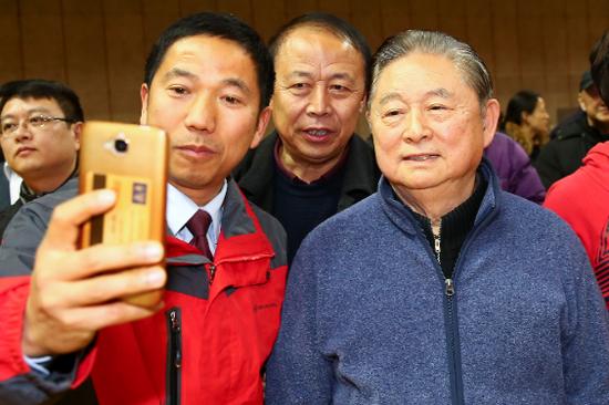 图说:徐寅生(右)和球迷相符影 新民晚报记者李铭珅 摄