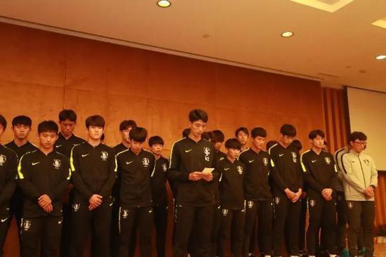 韩国队球员朴圭贤和主教练及全体队员对媒体和公众进行了公开道歉.