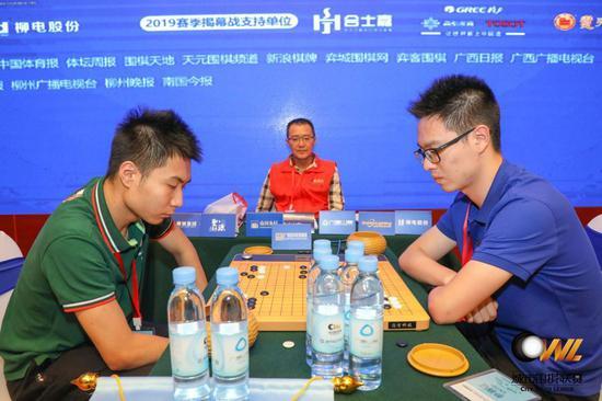 赵中暄(左)在比赛中