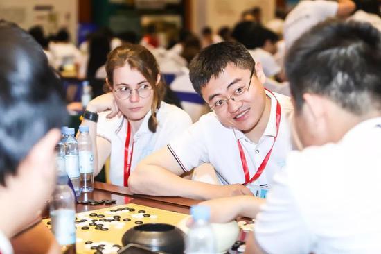 巴黎寰宇上醫俱笑部棋手Camille Leveque与樊麾在比赛中