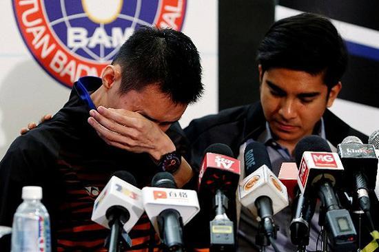 发布会现场,李宗伟落泪宣布退役。图片来源:视觉中国