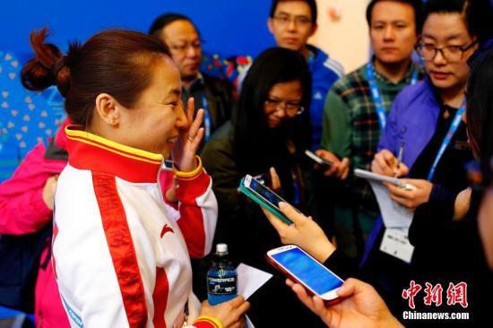 李琰与记者交流谈到王蒙赛前受伤问题时落泪。中新社发 富田 摄