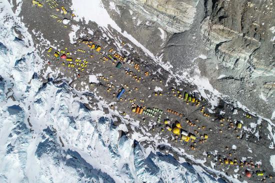 尼泊尔成立5人。组解决珠峰拥堵题目:峰顶安更众绳索