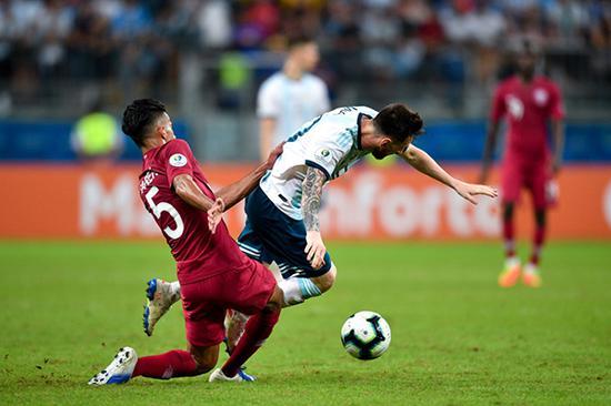 梅西被卡塔尔队员放倒。