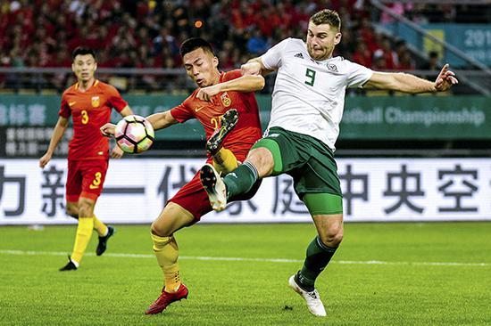 中国VS威尔士,贺惯和萨姆·沃克斯拼抢。