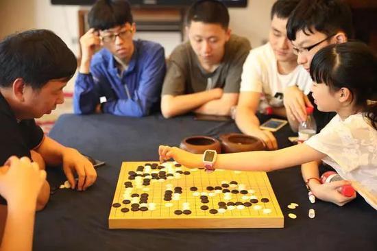 俞斌九段为国青少二队的职业棋手们下指导棋