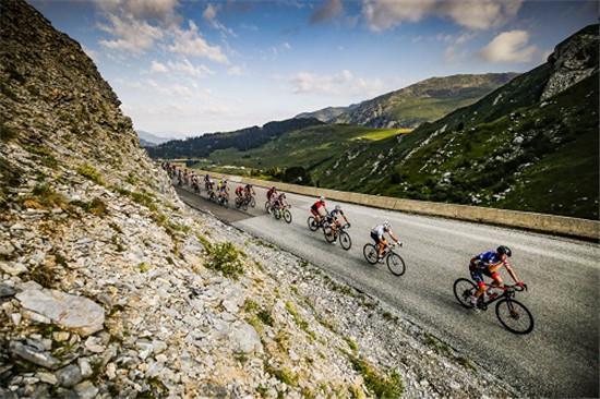 图注:车手在阿尔卑斯山间驰骋
