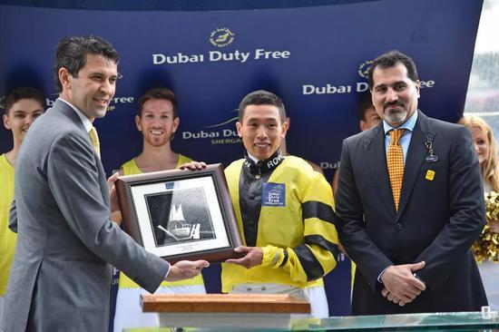 何泽尧赢马后接过奖项。