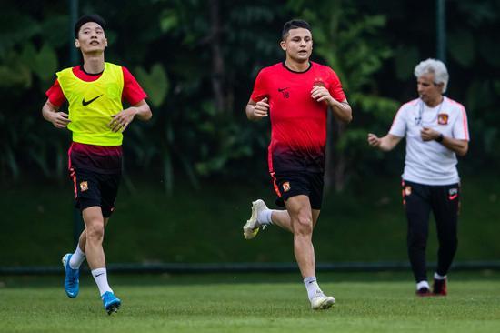 艾克森能用汉字写名字及中国 还用中文和球迷互