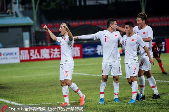吴曦(左一)帮助国足首开纪录。