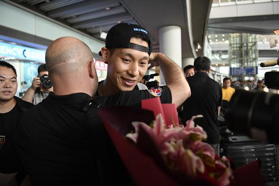 北京队主帅雅尼斯拥抱林书豪。