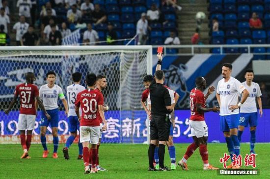 原料图:裁判在中超比赛中向场上球员出示红牌。中新社记者 佟郁 摄