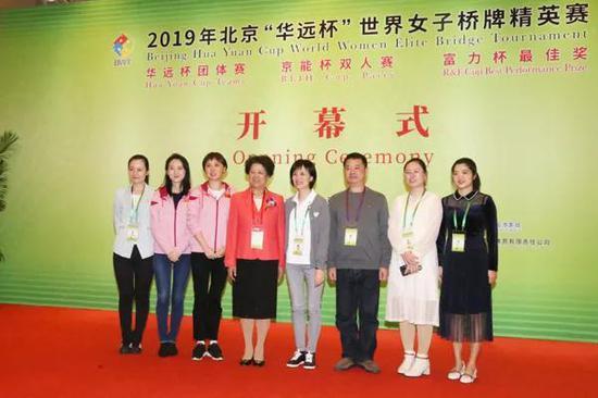 陈至立与刚刚获得第44届桥牌锦标赛威尼斯杯亚军的中国队合影