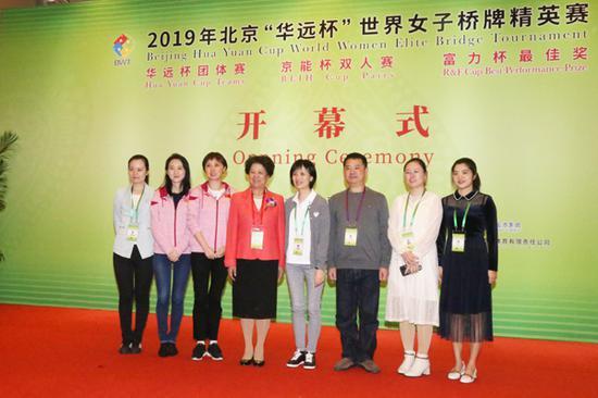 全国人大原副委员长陈至立(左四)与中国女队合影