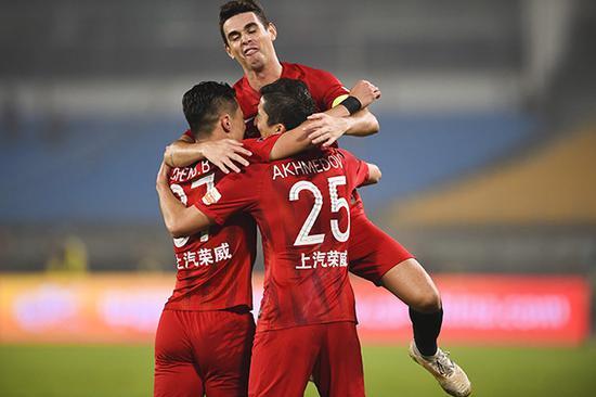 艾哈迈多夫进球后与队员庆祝。