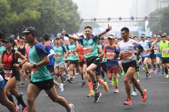 2019杭州马拉松鸣枪开跑 敷面膜泡脚按摩不能少