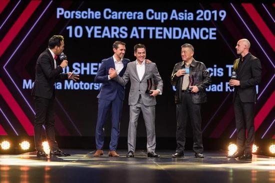 谢汉耀和申庄获得参赛十周年稀奇奖