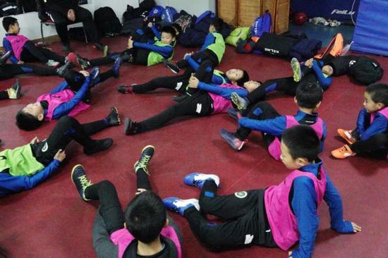 孩子们利用休息室内有限的空间进行准备活动