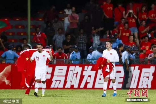 资料图:北京时间9月10日晚,2022年世界杯亚洲区预选赛40强赛,归化球员艾克森梅开二度,最终国足以5:0的比分击败马尔代夫,取得开门红。图为归化球员艾克森和李可赛后在中国队球迷区答谢到场球迷。图片来源:视觉中国
