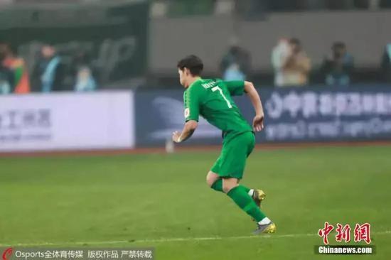 资料图:2月23日,2019中国足协超级杯,中国足球归化球员第一人侯永永替补登场,完成加盟北京国安以来的首次亮相。这也是中国足球赛场第一次出现归化球员的身影。图片来源:Osports全体育图片社