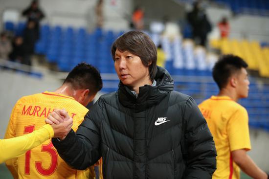选拔队主教练李铁在赛后向队员致意。 新华社记者 王婧嫱 摄