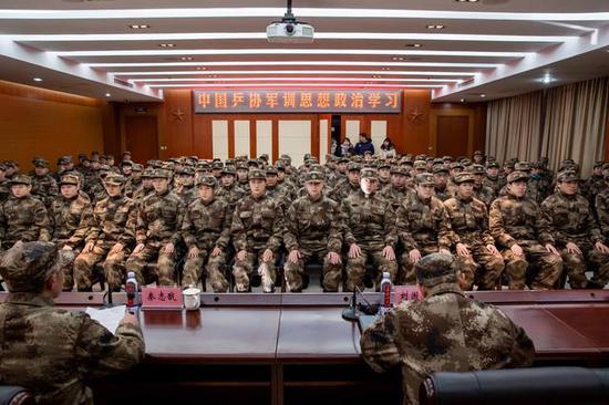 国乒队员认真学习。新京报记者 李凯祥 摄