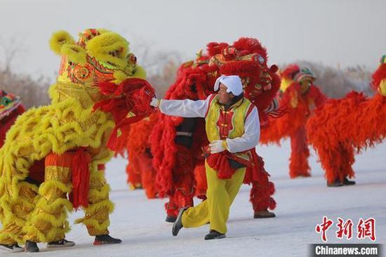 看冰上赛马飞驰享冬捕私人定制 新疆博湖冰雪节开幕