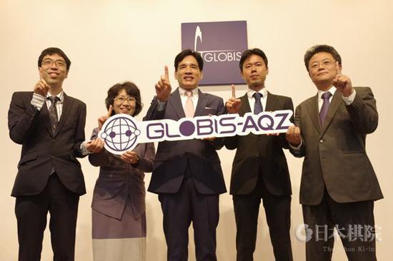 """2019年4月18日,原幸子(左二)以常务理事身份参加日本围棋AI""""GLOBIS-AQZ""""的新闻发布会。"""