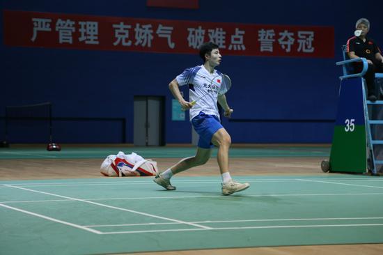 石宇奇在比赛中。