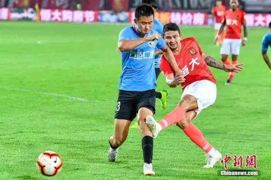 资料图:大连人队球员王耀鹏(左)在比赛中。中新社记者 陈骥旻 摄