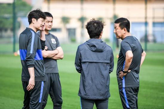 ▲崔康熙与蓝白两队教练交流