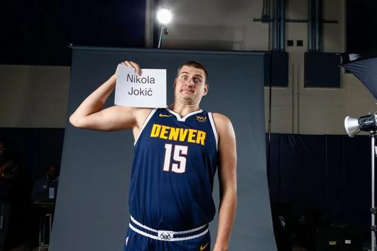 卧槽,约基奇起码少了40来斤肉! NBA版胡歌?